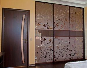 встроенный шкаф-купе в спальню с пескоструйным рисунком