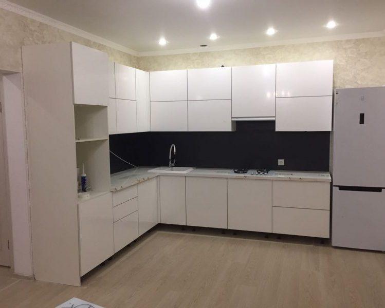 Белый угловой кухонный гарнитур с глянцевыми фасадами