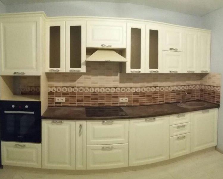 Кухонный гарнитур цветом слоновой кости
