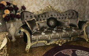 диван с подушками в стиле барокко
