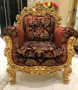 кресло с красивым принтом и резьбой