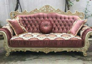 диван с резными элементами