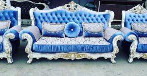 диван с резными подлокотниками