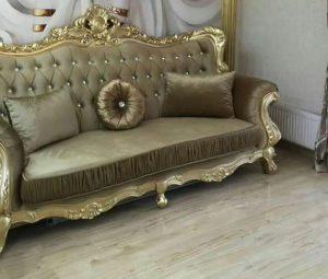 диван с золотыми ножками