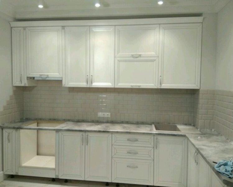 Светлый классический кухонный гарнитур