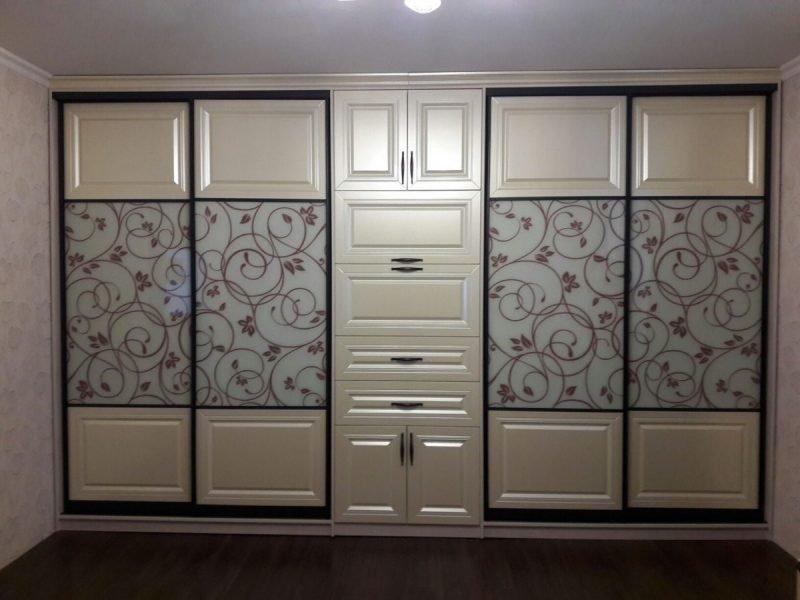 Шкаф-купе во всю стену в гостиную